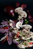 Cebolla roja y setas cortadas foto de archivo libre de regalías