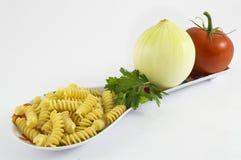 Cebolla, tomate, perejil y pastas Fotografía de archivo libre de regalías