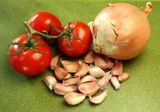 Cebolla, tomates, y ajo Imagen de archivo libre de regalías
