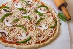 Cebolla vegetariana de la seta del pan amargo hecho en casa y pizza de las pimientas verdes imágenes de archivo libres de regalías
