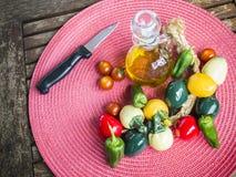 Cebolla verde oliva Aceite de oliva, tomates de cereza y pimienta Imagen de archivo libre de regalías