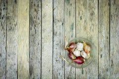 Cebolla y ajo en bol de vidrio Fotos de archivo