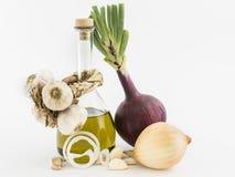 Cebollas, ajo y aceite de oliva Imagen de archivo libre de regalías