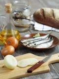 Cebollas, anchoas y pan. Fotografía de archivo
