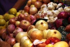 Cebollas blancas y rojas en mercado del alimento Imágenes de archivo libres de regalías