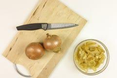 Cebollas caramelizadas en un cuenco transparente en fondo de madera - Fotos de archivo libres de regalías