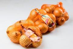 Cebollas clasificadas y embaladas Imágenes de archivo libres de regalías