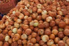 Cebollas en el mercado turco Foto de archivo libre de regalías