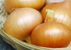 Cebollas en una cesta. Fotografía de archivo libre de regalías