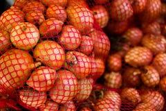 Cebollas naturales frescas en tienda Fotos de archivo