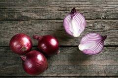 Cebollas rojas orgánicas frescas Imagenes de archivo