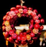 Cebollas rojas y flores Imagen de archivo