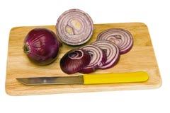 Cebollas rojas y un cuchillo. Foto de archivo libre de regalías