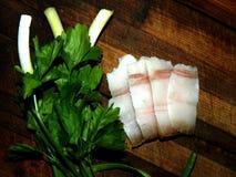 Cebollas verdes de la pluma con los pedazos de cortar la grasa, perejil Fotografía de archivo libre de regalías