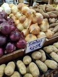 Cebollas y patatas en un farmer& x27; mercado de s Fotos de archivo libres de regalías