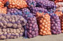 Cebollas y patatas orgánicas a la venta en el mercado de los granjeros Imagen de archivo libre de regalías