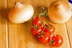 Cebollas y tomates Imagenes de archivo