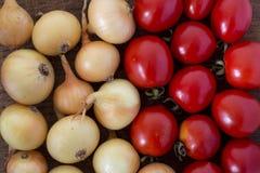 Cebollas y tomates Foto de archivo
