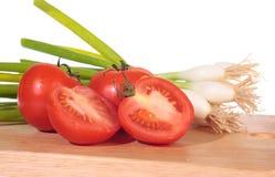 Cebollas y tomates del resorte fotos de archivo libres de regalías