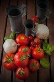 Cebollas y tomates en el vector de madera Imagen de archivo