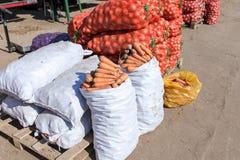 Cebollas y zanahoria frescas para la venta en el mercado Fotos de archivo