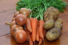 Cebollas, zanahorias y patatas imágenes de archivo libres de regalías