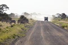 Cebras y Safari Car en Kenia Imagen de archivo