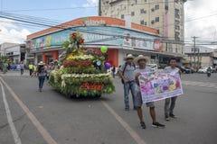 Cebu Filipiny - 14 2018 Listopad: lokalny festiwal jesieni żniwo z ludźmi i samochodem na paradzie zdjęcie royalty free