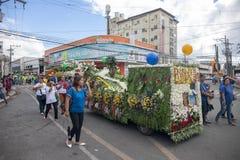 Cebu Filipiny - 14 2018 Listopad: lokalny festiwal jesieni żniwo z ludźmi i samochodem na paradzie zdjęcia stock
