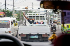 cebu Filipiny - 19 Oct 2016: Mężczyzna śpi w ciężarowym ciele na jezdni podczas gdy przewieziony chodzenie przy szczytową godziną Obraz Stock