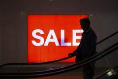Cebu Filippinerna - mars 22, 2018: rött baner Sale och shopparekontur Black Friday baner i shoppinggalleria Fotografering för Bildbyråer