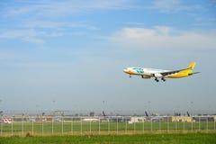 Cebu Pacific luftar nivån för flygbussen som RP-C3344 landar till landningsbanor på den internationella flygplatsen för suvarnabh arkivfoton