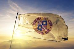 Cebu prowincja Filipiny flaga tkaniny tekstylny sukienny falowanie na odgórnej wschód słońca mgły mgle ilustracji