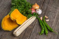 Cebula, bania, czosnek, kukurudza, pieprz, kolendery i pietruszka na a, Obraz Stock