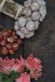 Cebula i czosnek z wzrastaliśmy na drewnianej podłoga Zdjęcia Stock