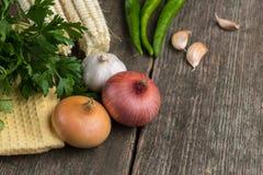 Cebula, kukurudza, czosnek, pieprz, kolendery i pietruszka na starym, zalecamy się Obrazy Stock