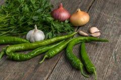 Cebula, kukurudza, czosnek, pieprz, kolendery i pietruszka na starym, zalecamy się Zdjęcie Stock