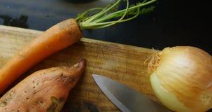 Cebula, marchewka i batat z nożem 4k, w domu zdjęcie wideo