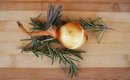 Cebula, rozmaryny i lawenda na drewnianej desce, zdjęcie stock