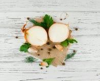 Cebule na białym roczniku textured drewnianego stół Odgórny widok Obraz Royalty Free