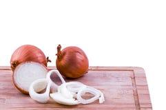 Cebulkowe żarówki i siekać cebule na ciapanie deski bocznym widoku Zdjęcia Stock