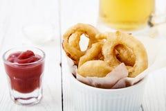 Cebulkowi pierścionki z ketchupem Obraz Stock