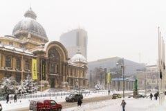 CEC Bank Casa de Economii-Si Consemnatiuni tijdens het Onweer van de de Wintersneeuw Stock Foto