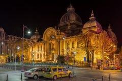 CEC Palace en Bucarest, Rumania durante noche Imagenes de archivo