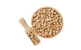 Cece in ciotola di legno e mestolo isolati su fondo bianco nutrizione bio- Ingrediente di alimento naturale fotografia stock libera da diritti