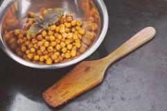 Ceci al forno con le spezie in ciotola del metallo e Fotografia Stock Libera da Diritti