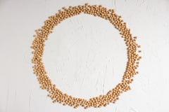 Ceci crudi, struttura rotonda dei ceci su un fondo leggero, vista superiore Alimento sano Copi lo spazio immagini stock libere da diritti