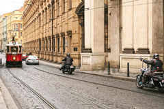 Ceco Praga, il 24 dicembre 2016: Città autentica ed insolita di Praga Sulle strade accendono i tram d'annata ed i motociclisti Fotografia Stock