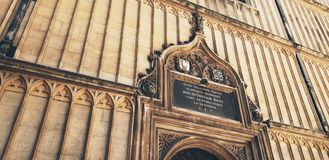 Ceda firmando un documento l'entrata alla biblioteca di Bodleian, Oxford, Inghilterra Immagini Stock Libere da Diritti