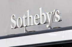 Ceda firmando un documento l'entrata dell'ufficio di Sotheby a Zurigo Fotografia Stock